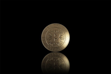Gold coin Bitcoin on a black background. The concept of crypto currency. Blockchain technology. Imagens - 122720613