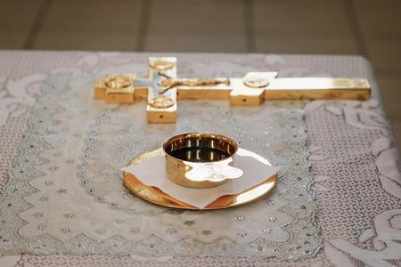 Silberne, goldene Tasse Wein auf dem Tisch in der Kirche. Gemeinschaft. Nahaufnahme.