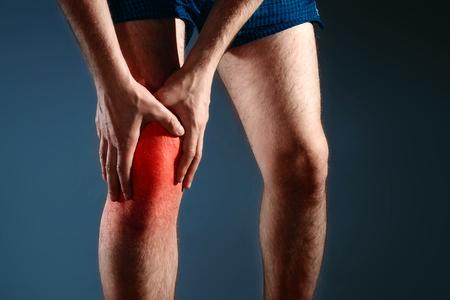 L'homme s'accroche au genou, la douleur au genou