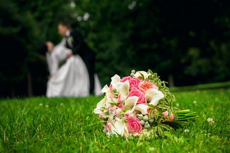 Beautiful wedding bouquet on a green lawn 版權商用圖片