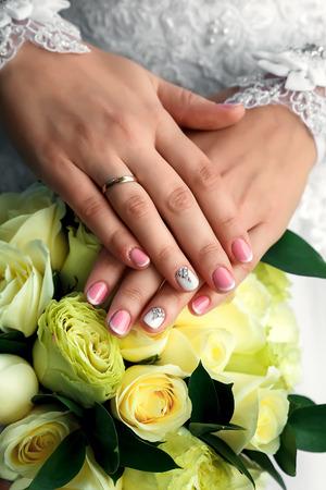 Bride holding her rose wedding flower bouquet Imagens