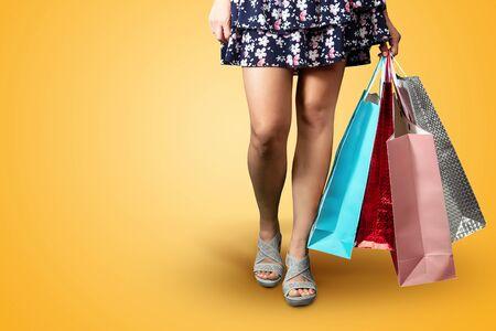 Füße Mädchen mit Paketen Nahaufnahme. Gehen wir einkaufen. Das Problem ist Einkaufen, Besessenheit, Rabatte.