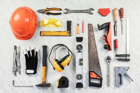 strumenti di costruzione su uno sfondo bianco. Una collezione di strumenti di costruzione. Costruzione, riparazione