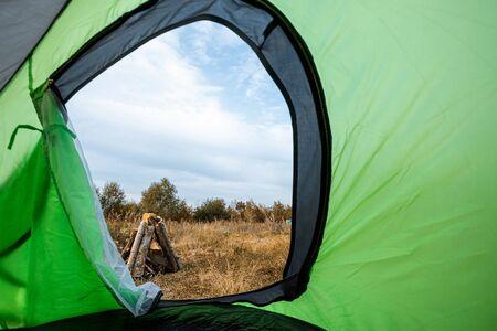 Camping Blick vom Zelt auf die Natur. Das Konzept von Reisen, Tourismus, Camping