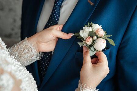 Ansteckblume für den Bräutigam. Das Konzept der Ehe, Familienbeziehungen, Hochzeitsutensilien Standard-Bild