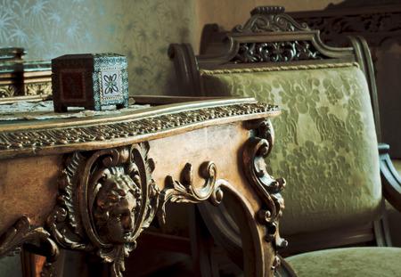 Detalle en el sofá muebles de época