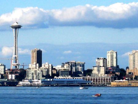 Seattle Skyline con Space Needle con los edificios circundantes en sus proximidades, as� como la l�nea de costa.