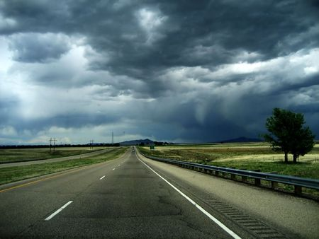 Tormenta en el horizonte capturados de la carretera interestatal en el norte de Nuevo Mexico.
