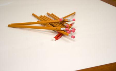숫자가 많지 않은 Mechanical pencil v1 또는 Dogpile 또는 One 대 Many 또는 Old 대 New는 표준 숫자 2 연필이 빨간색 기계 연필 위에 누적되어 있습니다 스톡 콘텐츠