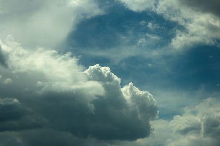 Las nubes del cielo azul de fondo es un precioso cielo azul con nubes blancas hinchadas.