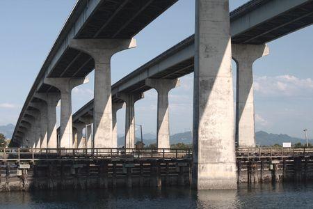puget sound: Highway 20 cavalcavia tra Washington Anacortes fiume che sfocia nel Puget Sound nel nord-ovest del Pacifico. Archivio Fotografico