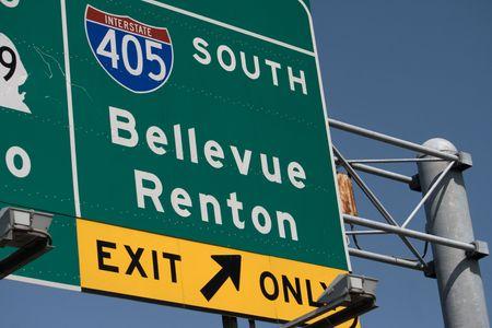 Parte de salir de Renton de Bellevue sur 405 Interestatal del sistema de autopista en el estado de Washington, cerca de Seattle.