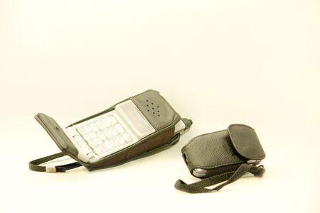 흰 배경에 고립 된 오래 된 셀룰라 전화 대 새.