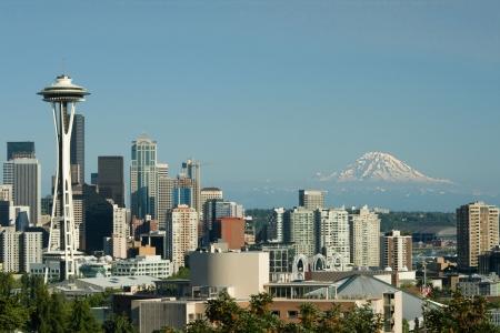 El centro de Seattle Space Needle y monte. Rainiero capturado de Queen Anne. Foto de archivo
