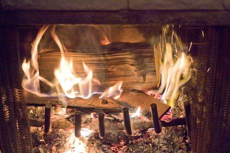 Llamas de fuego en una chimenea.