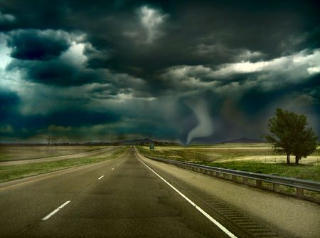 Tormenta en el horizonte con Tornado de aterrizar en el suelo. Foto de archivo