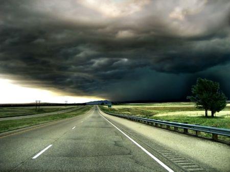 Carretera que conduce a una tormenta en el fondo de Horizon