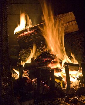 chemin�e gaz: Flammes de feu dans un foyer contre un arri�re-plan noir