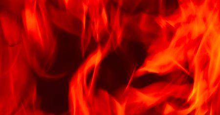 Las llamas de fuego del infierno contra un fondo negro.  Foto de archivo