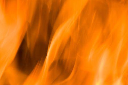 Llamas de fuego en una chimenea contra un fondo negro