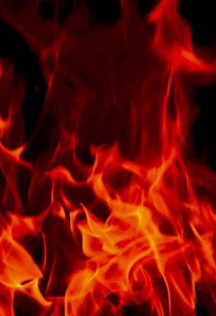 infierno: Las llamas de fuego del infierno contra un fondo negro.  Foto de archivo