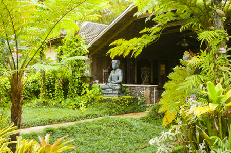 hawaiian house with statues in the jungle hawaii united states Imagens - 85266872