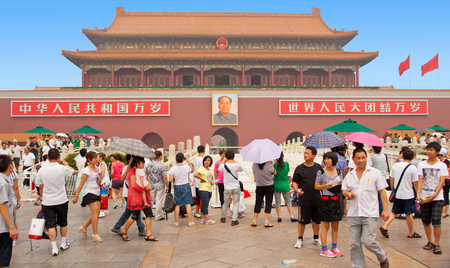 北京 7 月 2011-7 月に多くの訪問者は毛沢東、中華人民共和国の創設者の遺骸を参照してくださいに天安門広場に位置するこの葬儀の記念碑に来る。