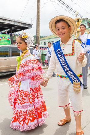 Panamá noviembre de 2017 Estos niños vestidos con ropas tradicionales van al desfile del Día de la Independencia de Panamá para celebrar la liberación de la dominación española.