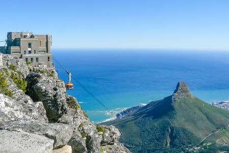 Kapstadt Südafrika August 2009 an sonnigen Tagen besteigen Touristen den Tafelberg mit der Seilbahn, um die herrliche Aussicht auf das Meer und die Stadt zu bewundern