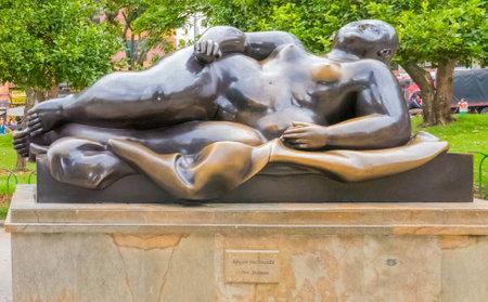 Medellin Januar 2018 Diese Bronzestatue, die eine liegende Frau darstellt, wurde vom Künstler Fernando Botero geschaffen und von ihm selbst an das Antioquia-Museum in Medellin gespendet, wo sie jetzt ausgestellt wird. Standard-Bild - 93673488
