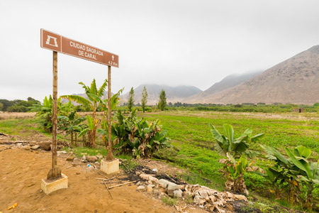 Sign board on the road for Caral ruines, Northern Peru. In this valley where it never rains live farmers and livestock breeders Banque d'images - 106198849