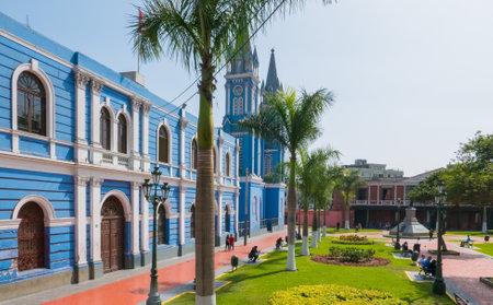 Peru Juli 2018 Stadtbild in Lima. Diese kolonialen Gebäude von blauer Farbe sind typisch für diese Stadt und erinnern an eine Zeit des Reichtums von Kaufleuten.