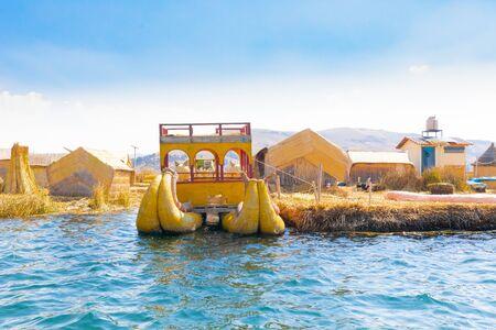 Puno Peru Titicaca lake rush boat moored to the floating island 版權商用圖片