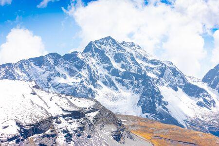 Bolivia white Cordillera Ch iyar Qirini mountain in a sunny day Reklamní fotografie