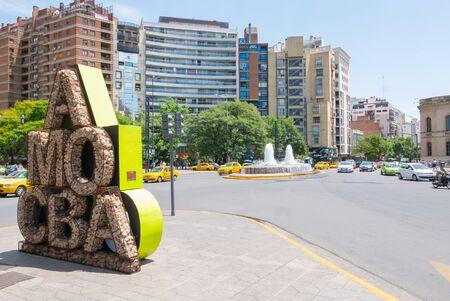 Cordoba Argentinien 12. Dezember, San Juan Boulevard mit seinem Brunnen und dem Schild I love Cordoba ist eines der Wahrzeichen der Stadt. Dreh am 12. Dezember 2019