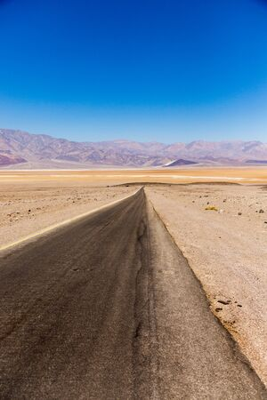 Road through Death Valley USA hottest place on earth and lowest point in USA 스톡 콘텐츠
