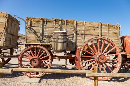 historic Harmony Borax Works area. Exhibits along the trail include a 20 Mule Team Borax wagon train and the ruins of the old cottonball borate ore boiling facility. 스톡 콘텐츠
