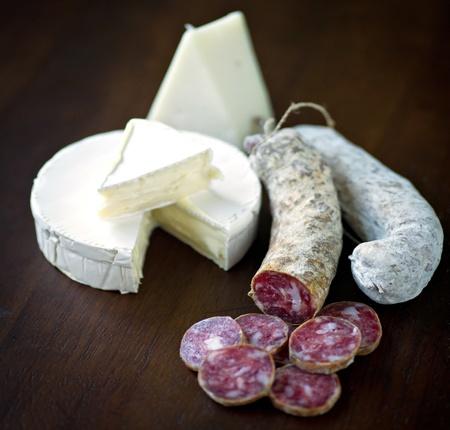 carnes: Carnes y quesos Curied tiro en una mesa de madera.