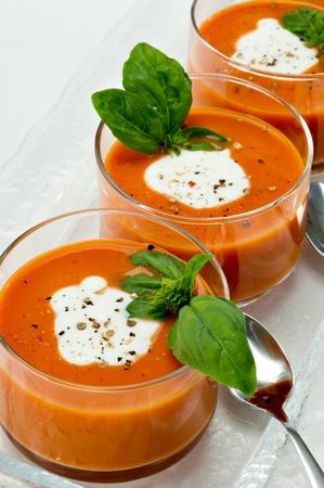小さいガラス ・ ボール側スライバー スプーンに沿ってトマトスープでいっぱい。