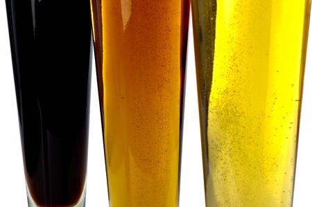 cerveza negra: Las decisiones de la cerveza. Colorido surtido de tres cervezas disparó sobre un fondo blanco.