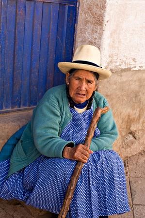 peruvian ethnicity: Pisac, Per� - 17 de agosto de 2008: Mujer Quechua descansa sobre un paso en un mercado de Pisac, Per�. Mercado de Pisac en el Valle Sagrado es un destino popular para el turismo de todo el mundo.