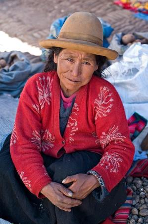 peruvian ethnicity: Pisac, Per� - 17 de agosto de 2008: Mujer Quechua vende papas en un mercado de Pisac, Per�. Mercado de Pisac en el Valle Sagrado es un destino popular para el turismo de todo el mundo.
