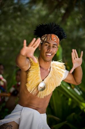 TAHITI - 16 septembre: Jeune danseur de Tahiti habillés en tenue traditionnelle polynésienne, effectue pour un groupe privé de touristes le 16 Septembre 2009. Le otea est une danse traditionnelle de Tahiti et est l'un des rares danses qui existaient déjà en