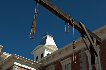 capital punishment: Looking through hanging noose at the county Courthouse, National historical landmark in Tombstone, America