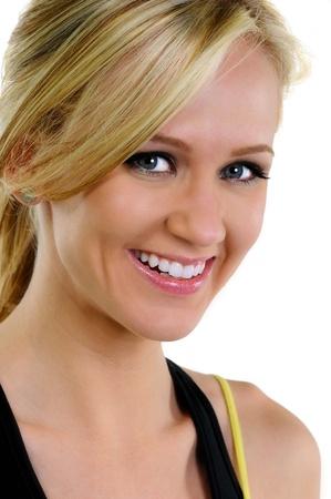 웃는 건강한 아름다운 금발의 젊은 여자의 머리에 총을. 스튜디오 흰색 배경에 총을. 스톡 콘텐츠
