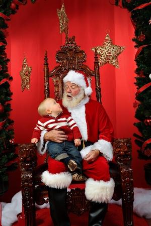 ni�os rubios: Beb� sentado en Santa Foto de archivo