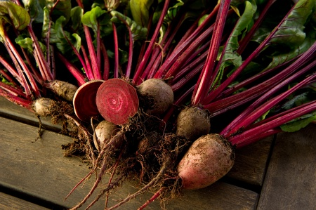 Fresh organic beets just picked from the garden shot on a wood table. Zdjęcie Seryjne
