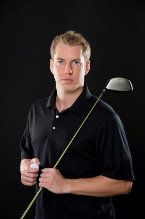 blonde yeux bleus: Portrait d'un modèle de jeune mâle dans le vêtement de golf, tenant un pilote. Il a une expression sérieuse.