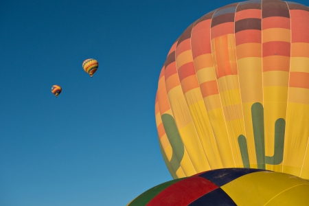 Several hot air balloons just after lift off.  Set against a deep blue sky. 版權商用圖片 - 21907757