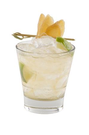 Gember zure cocktail met een gekonfijte gember garnituur. Geïsoleerd op wit. Stockfoto